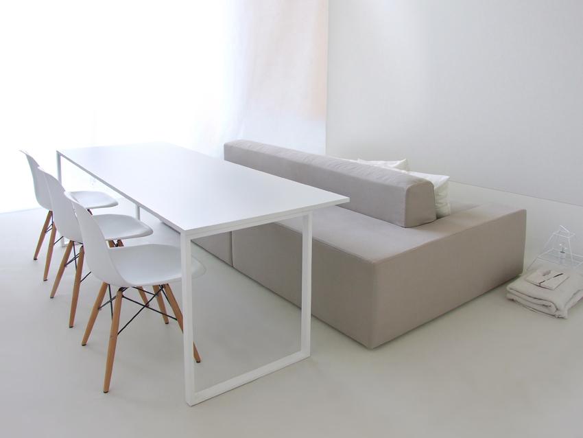 De Isolagiomo bank combineert een loungebank met een eettafel bank