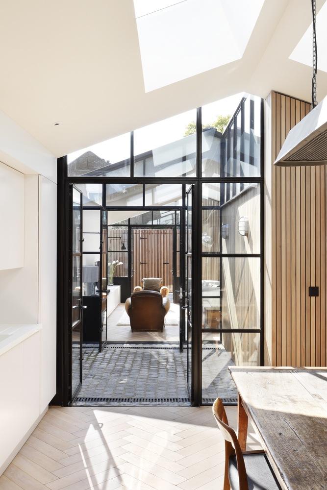 De keuken is middels een patio tuin gescheiden van de woonkamer