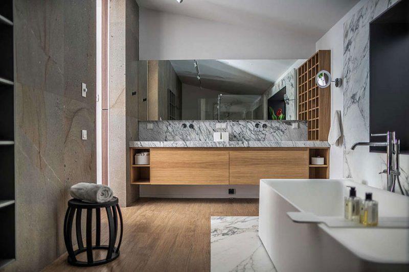 De ontwerpers van Bogdanova Bureau hebben deze luxe badkamer ontwerpen met verschillende soorten wit marmer. Klik hier voor meer foto's.
