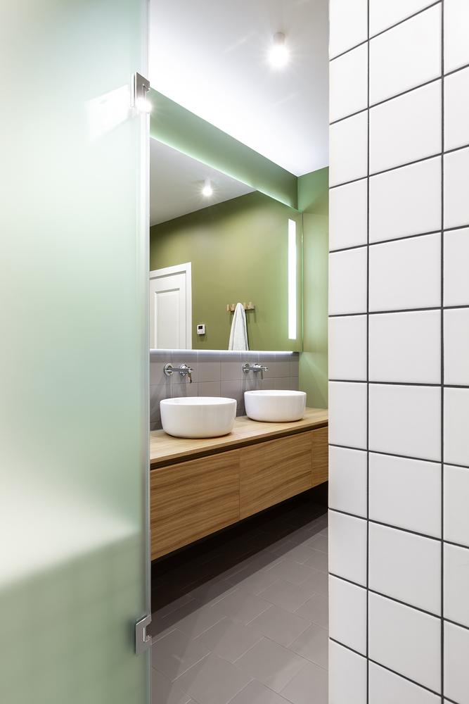 De twee zones in deze badkamer zijn ingericht met verschillende stijlen