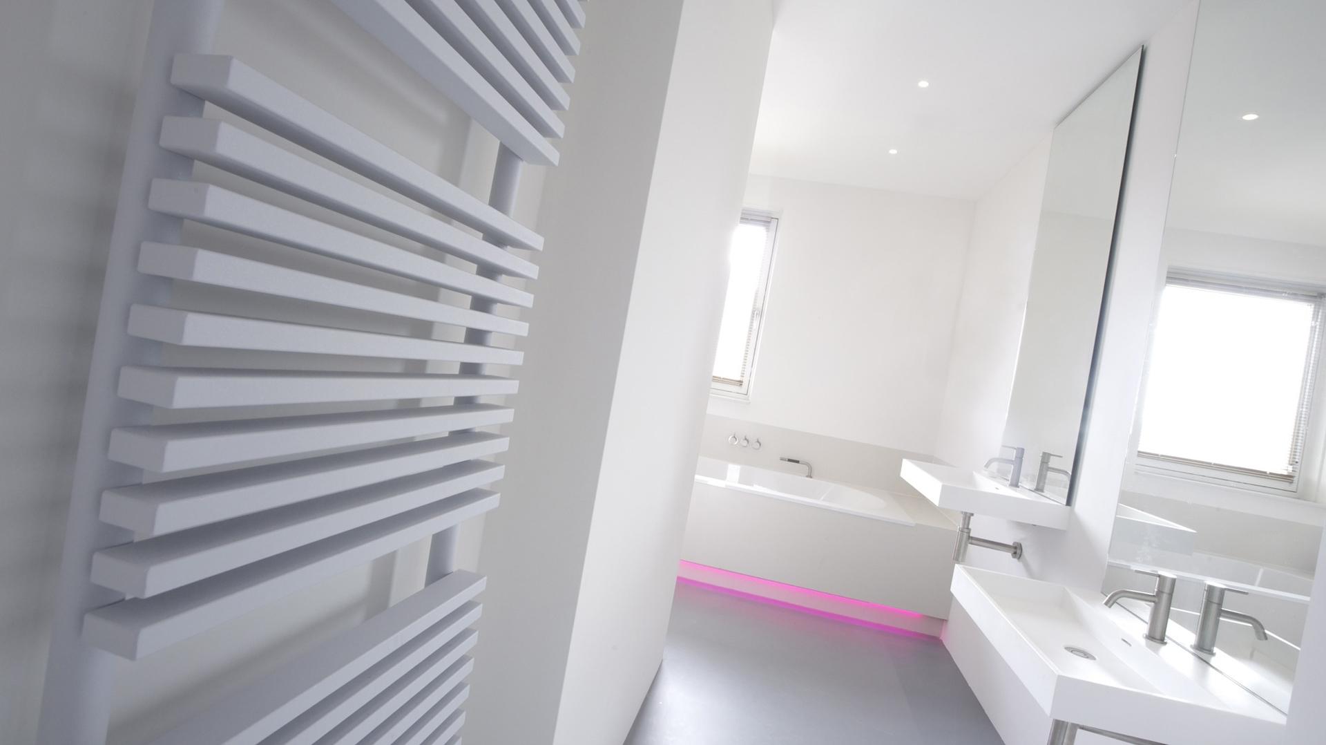 gietvloer en gestuukte muren in badkamer interieur inrichting