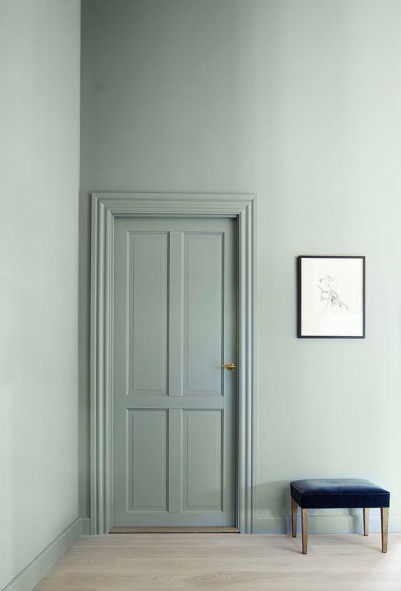 Deur in dezelfde kleur als muur interieur inrichting - Kleur die past bij de grijze ...
