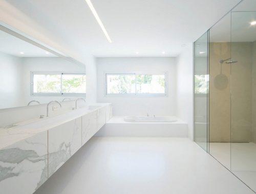 Deze luxe minimalistische badkamer moet je zien!