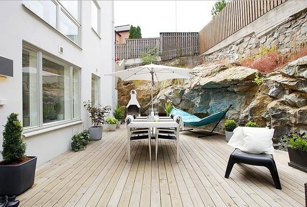 Deze moderne onderhoudsvriendelijke tuin is net zo groot als de woning zelf!