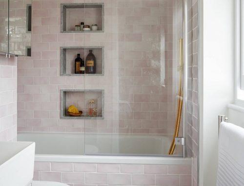 Deze mooie badkamer is ingericht als een Parisienne boutique hotel