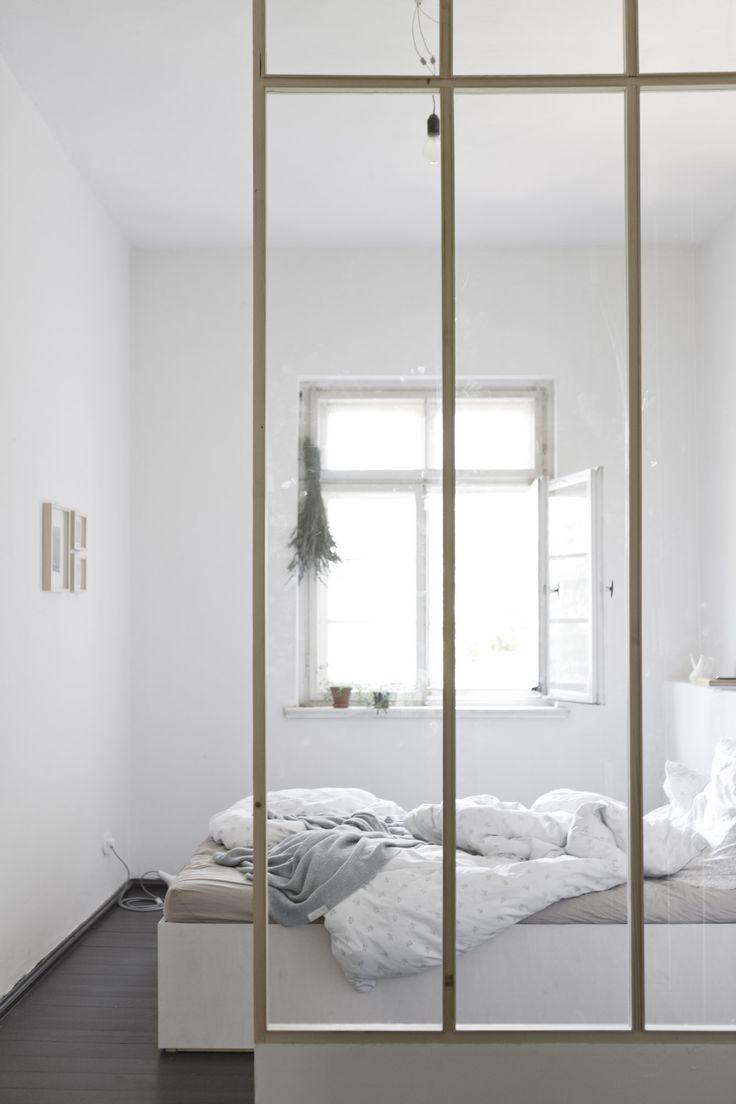 http://www.interieur-inrichting.net/afbeeldingen/deze-mooie-slaapkamer-is-middels-een-glazen-scheidingswand-gescheiden-van-de-inloopkast.jpg