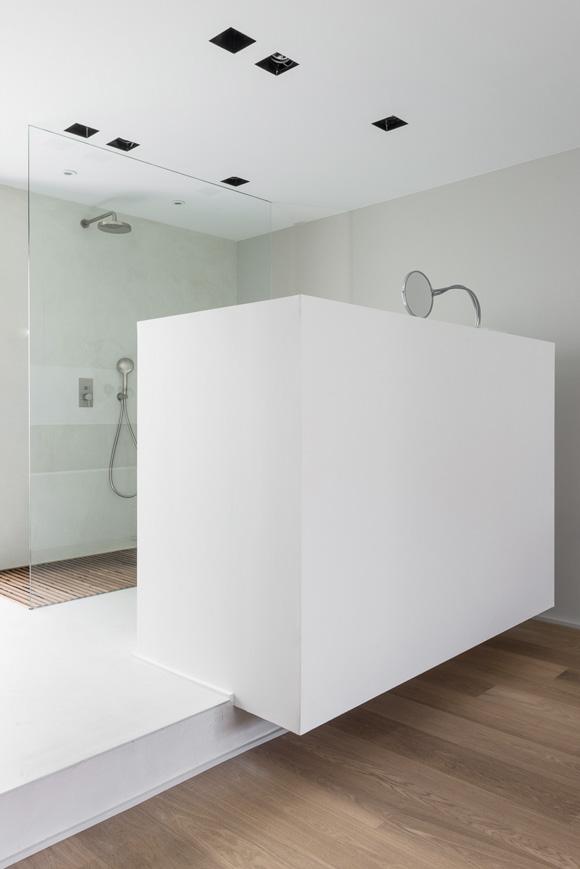 Deze open badkamer en suite is strak en modern