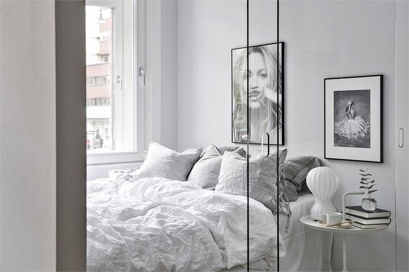 Deze slaapkamer heeft een glazen wand én glazen schuifdeur