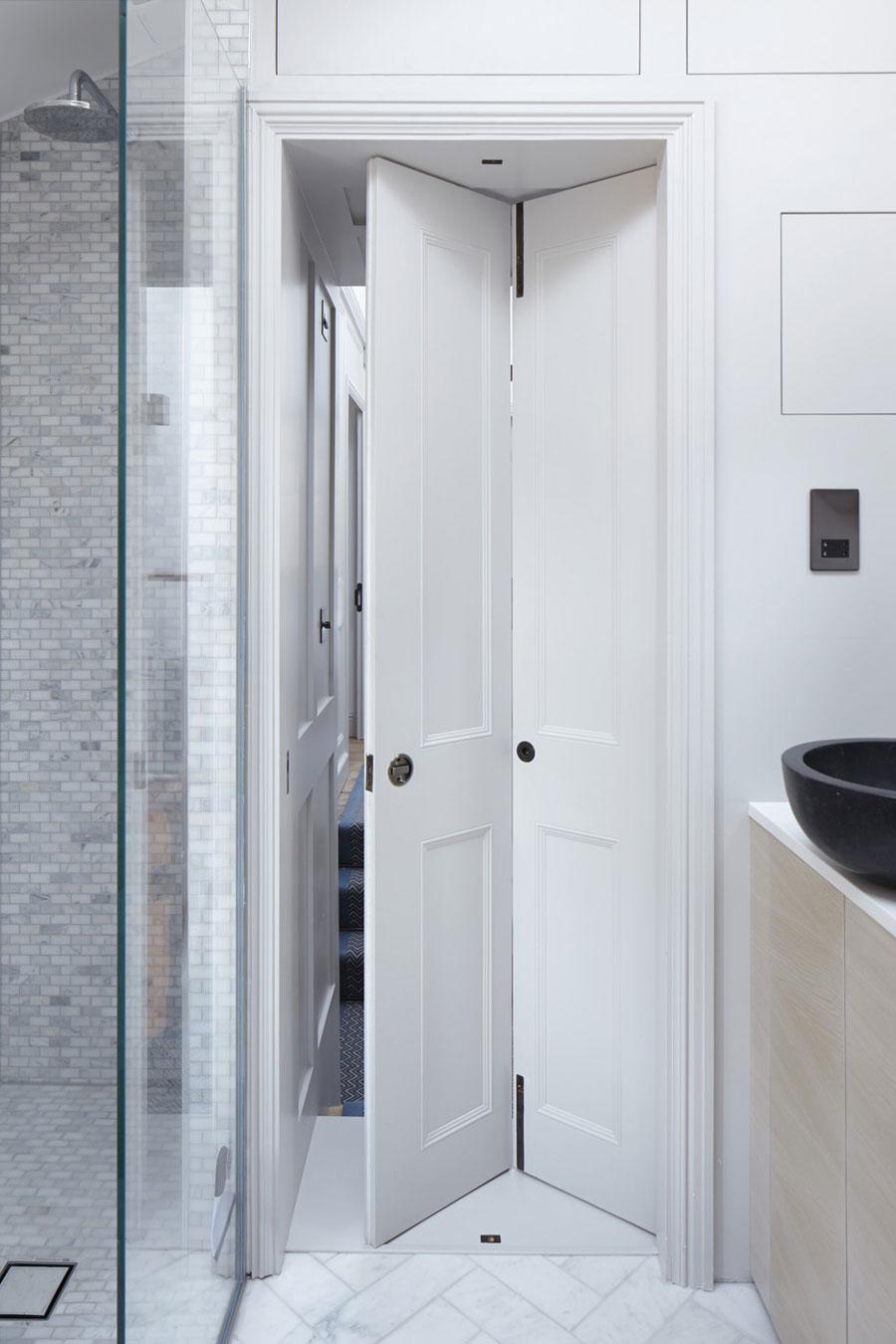 Deze smalle badkamer is erg slim ingericht!