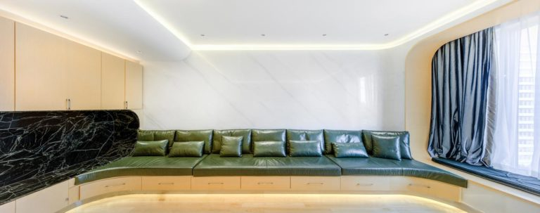 Deze unieke woonkamer heeft een super mooi gestroomlijnd ontwerp