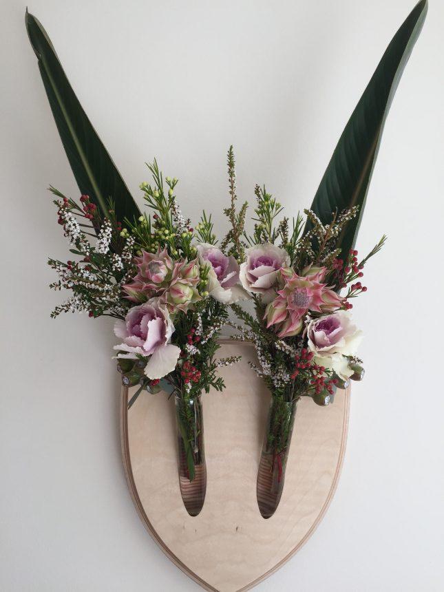 Diervriendelijk gewei van bloemen en takken interieur for Wit gewei decoratie
