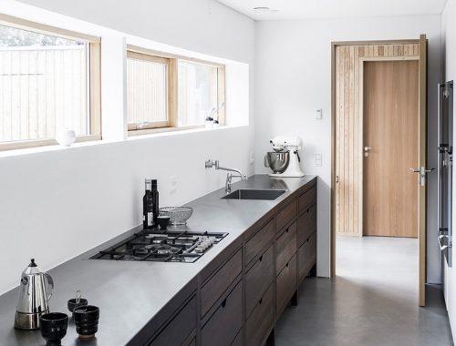 Donkerbruine houten keuken van Astrid en Jesper