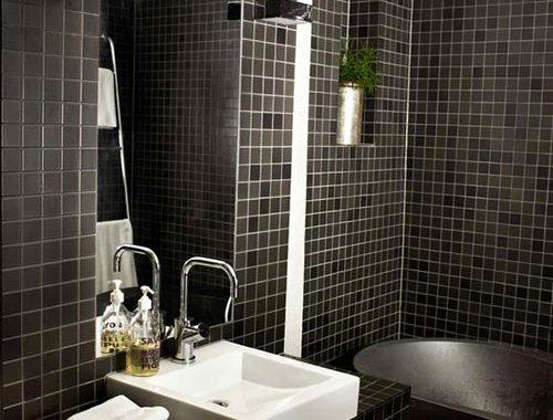 Donkere badkamer van interieurstylist uit Zweden