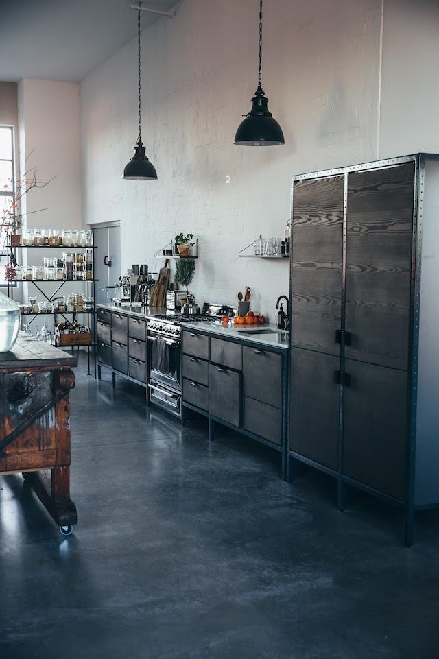 Donkere industriële keuken