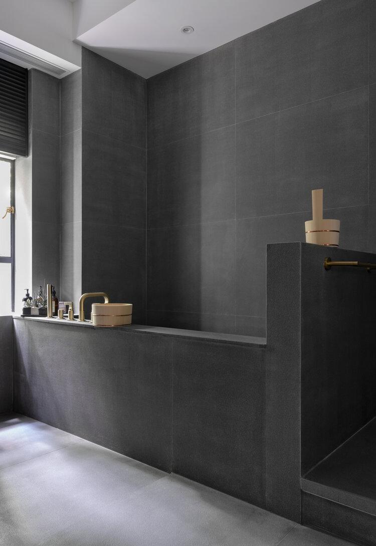 donkergrijze betonlook tegels badkamer