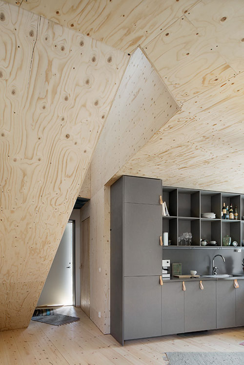 Donkergrijze keuken gecombineerd met multiplex