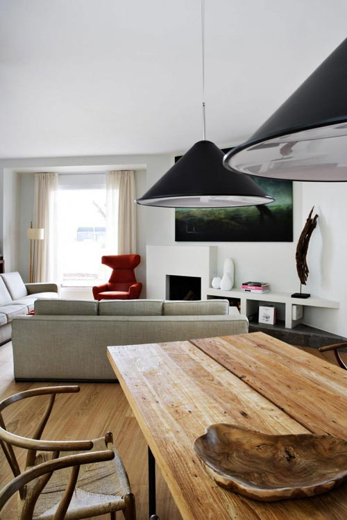 Driehoekige woonkamer met open haard