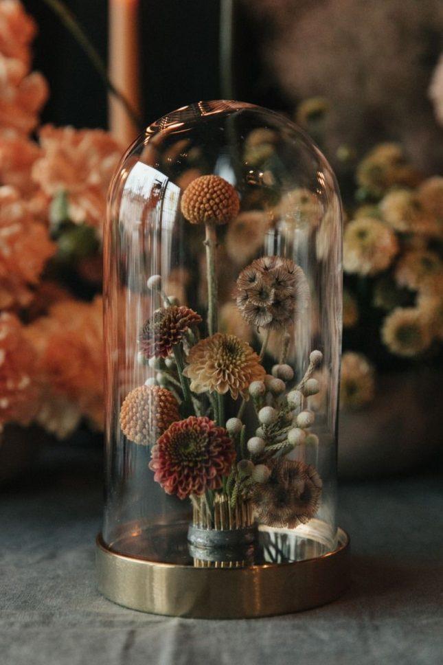 droogbloemen in glazen stolp