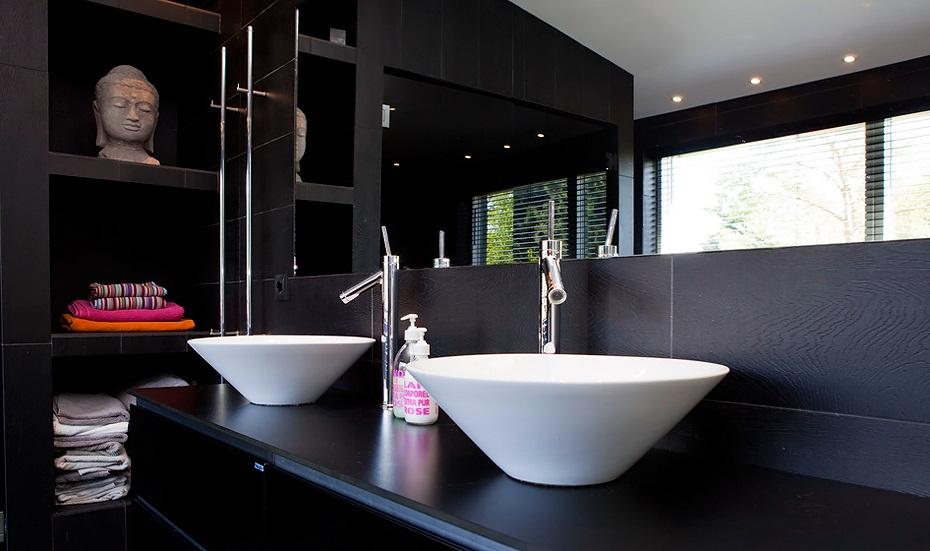 Keuken Betegelen Kosten : De inloopdouche is niet het enige luxe in deze badkamer. Er staat ook