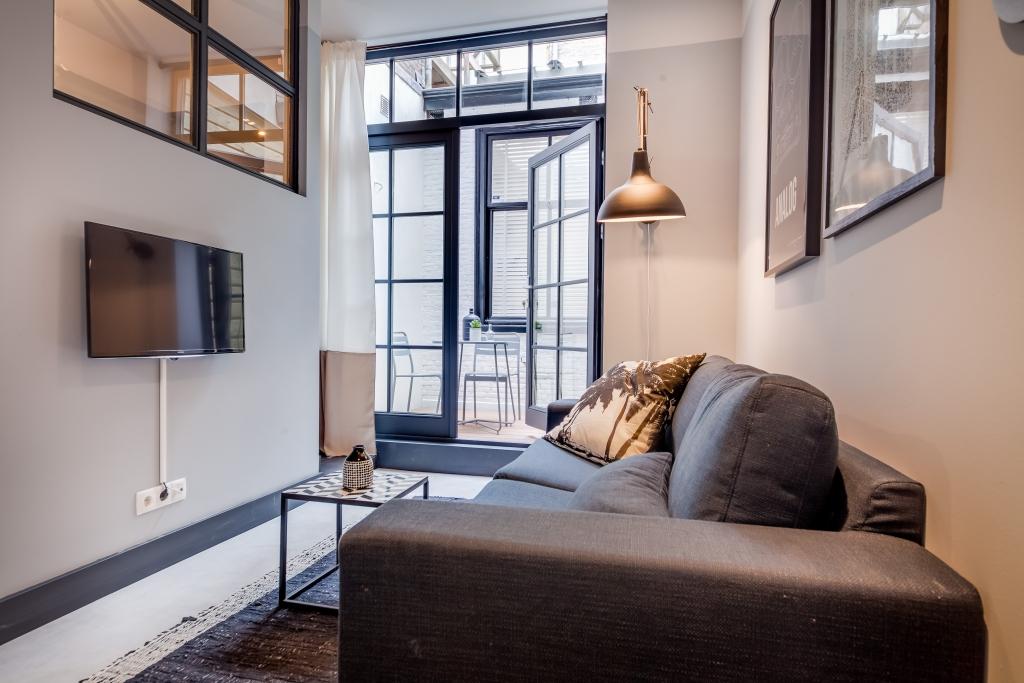 E n huis verbouwd naar drie kleine appartementen for Huiskamer design
