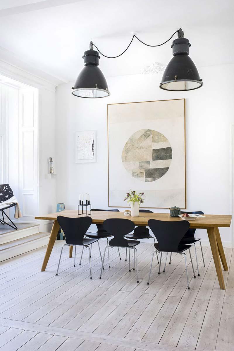 eetkamer inrichten industriele hanglampen boven eettafel
