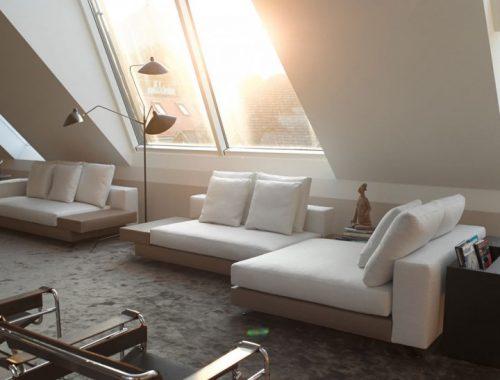 Elegante woonkamer met schuin dak