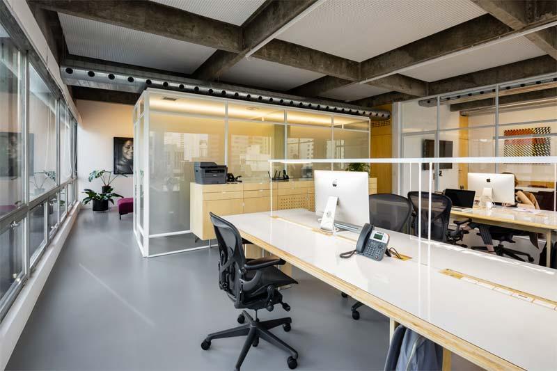 In dit stoere moderne kantoor ligt een strakke grijze epoxy gietvloer.