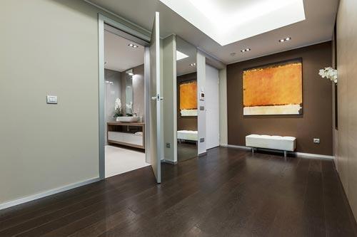 Neutraal interieur in woning in monaco interieur inrichting - Gang huis ...