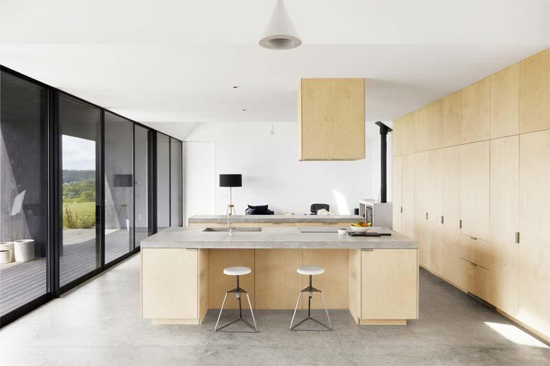 Voor de stoere keuken in Casa Hass, heeft architectenbureau Feuerstein Quagliara gekozen voor een stoere gepolijste betonnen gietvloer.