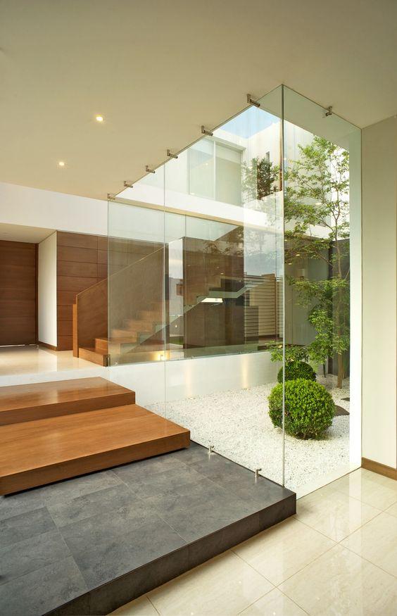 Glazen atrium interieur inrichting for Decoracion de jardines interiores modernos