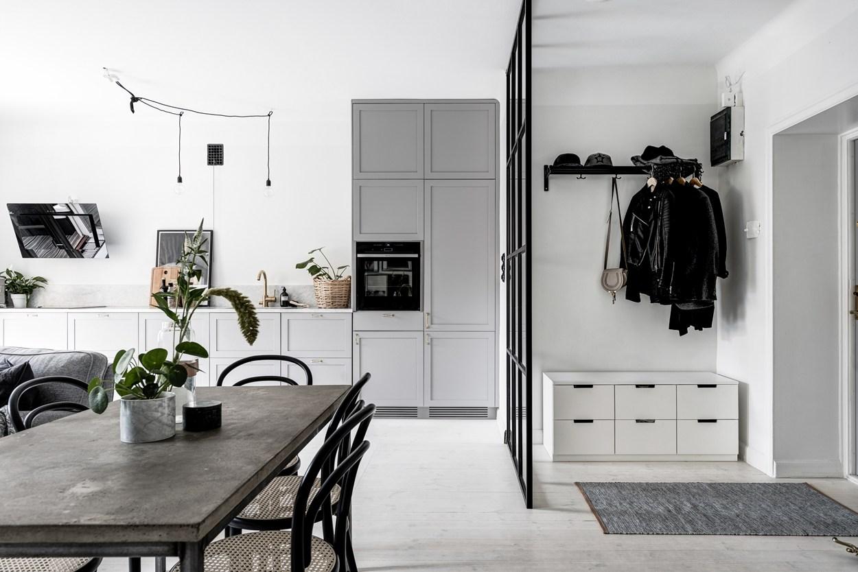 Woonkamer Inrichten Kosten : Glazen roomdivider in de hal met zwarte ...
