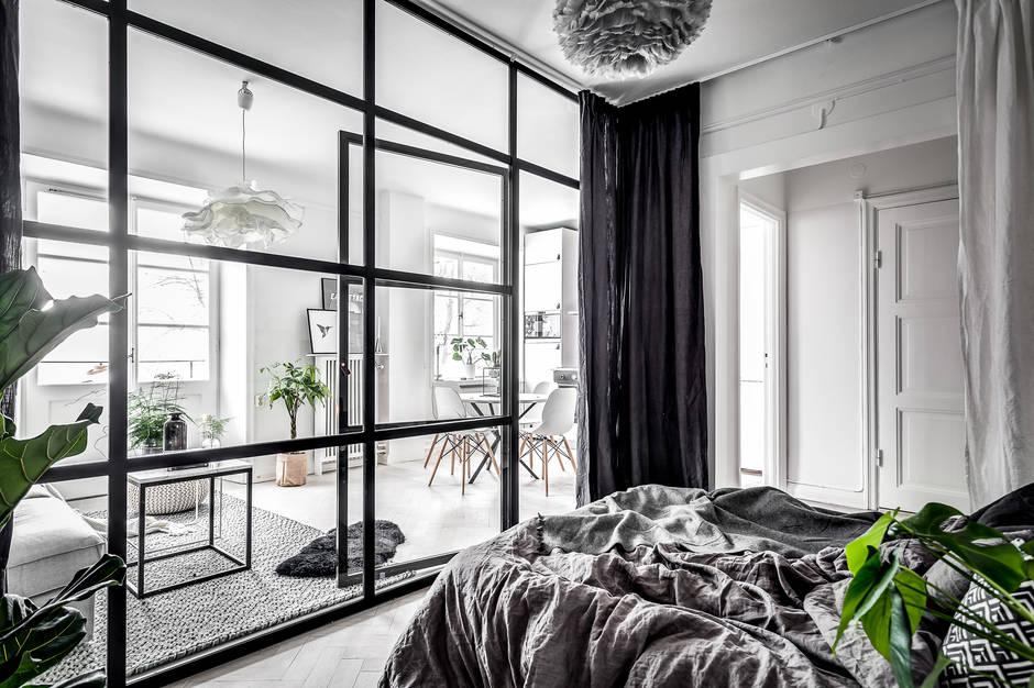 Klein appartement met een grote glazen wand als blikvanger for Wand woonkamer