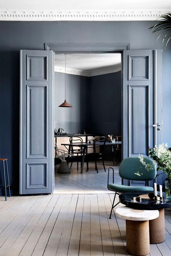 Grijs blauwe muur in woonkamer