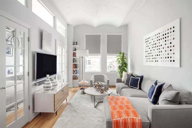 grijze muren smalle woonkamer