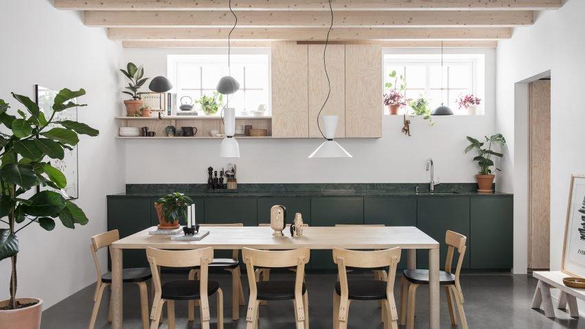Deze moderne keuken is volledig groen. Naast groene kasten is er ook gekozen voor een groen marmer keukenblad.