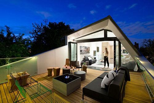 Groot balkon met moderne meubelen