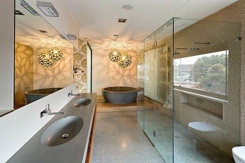 Grote badkamer met uniek ontwerp
