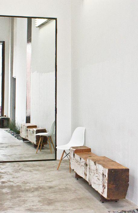 Mooie minimalistische grote spiegel op de vloer