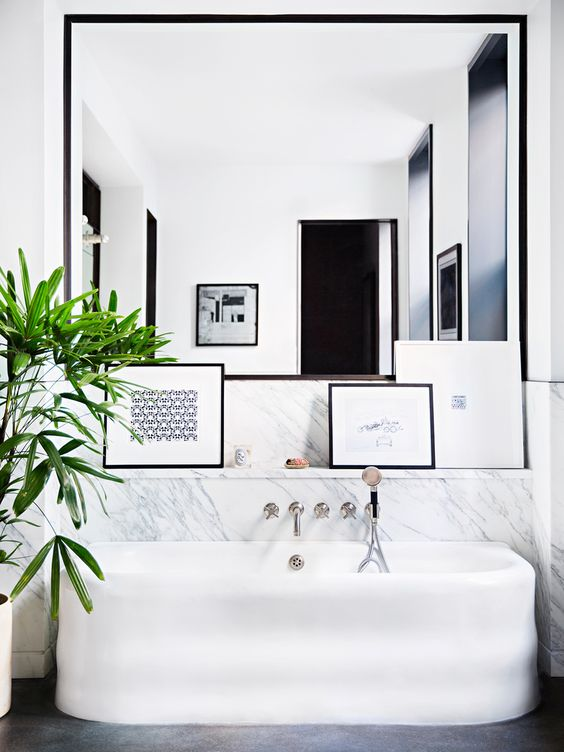 Grote spiegel op maat in badkamer