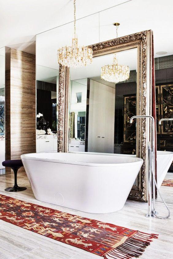 Grote Barok spiegel in de badkamer bij het vrijstaande bad.