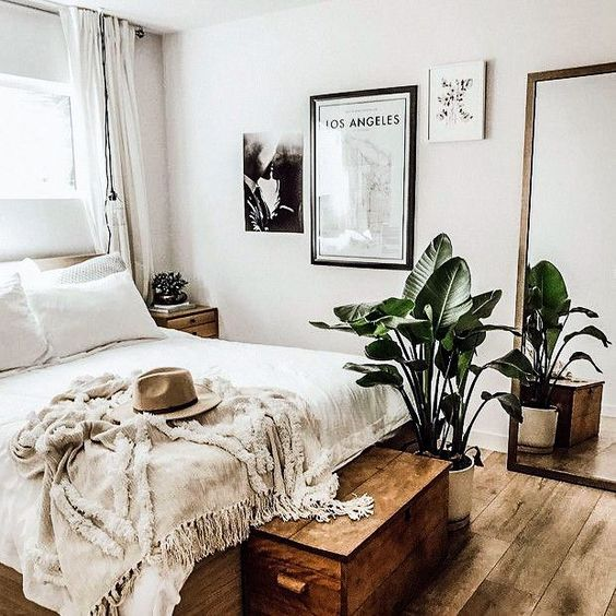 grote spiegel naast grote lijst-slaapkamer