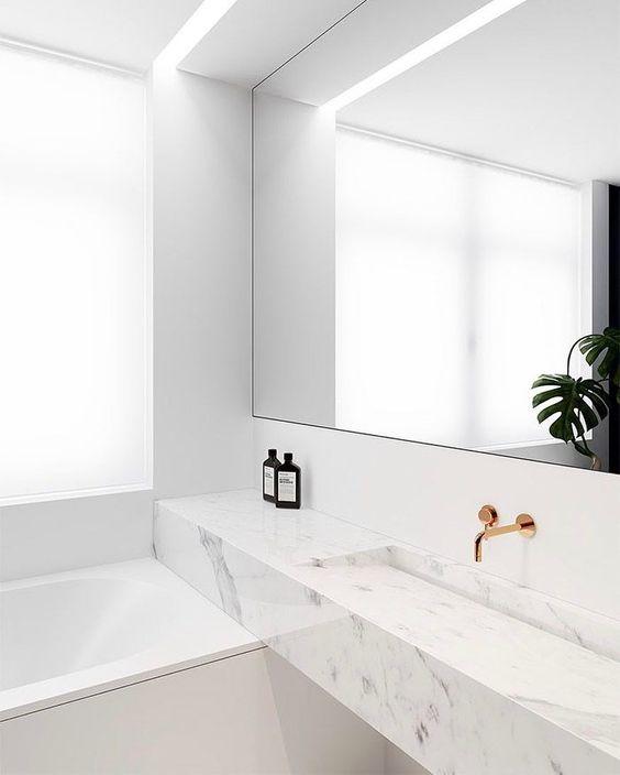 Grote spiegelwand in de badkamer
