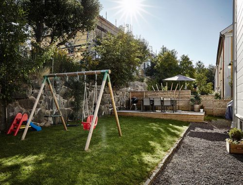 Grote tuin van vrijstaande villa in Zweden