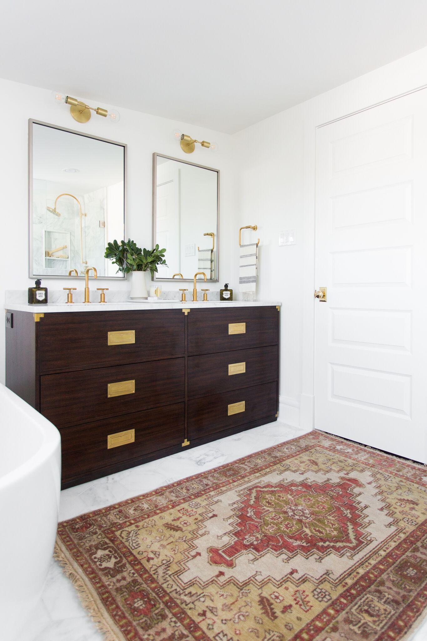 Klassieke badkamer renovatie met moderne voorzieningen interieur inrichting - Moderne badkraan ...