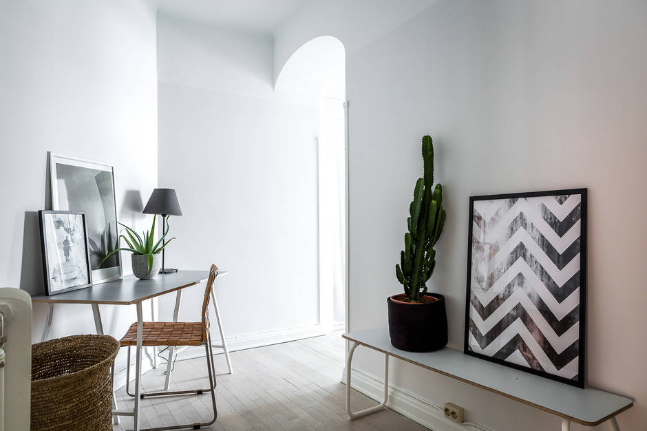 Klein appartement met een grote glazen wand als blikvanger interieur inrichting - Een klein appartement ontwikkelen ...