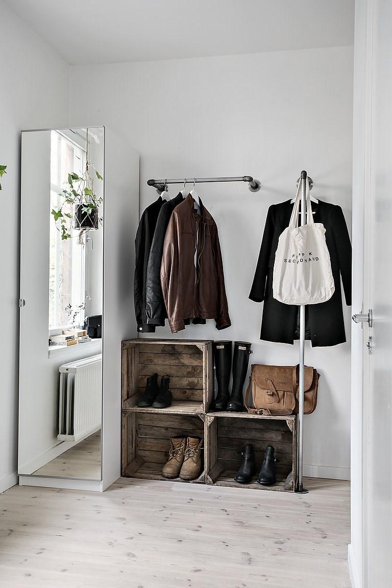 Hal met een stoer diy garderobe idee interieur inrichting for Interieur ideeen hal