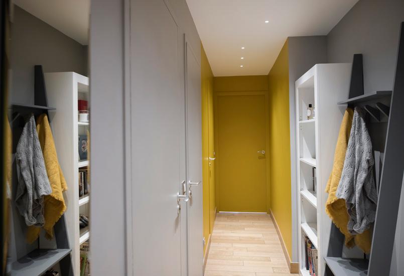 Hal met grijze en gele muren