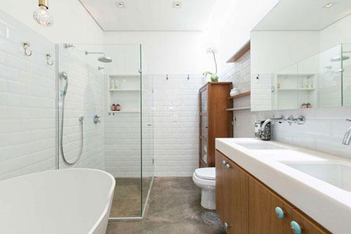 Naast de grote kasten vind je hier ook een toilet, een modern ...