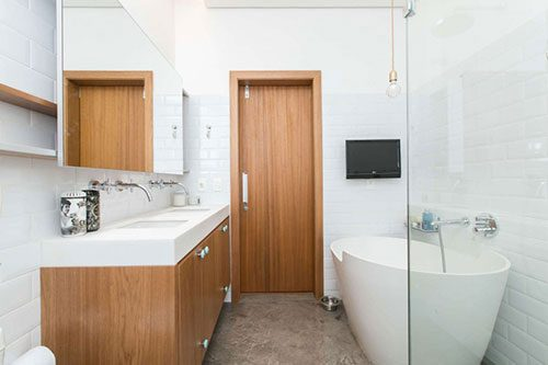 Hout en beton in badkamer ontwerp