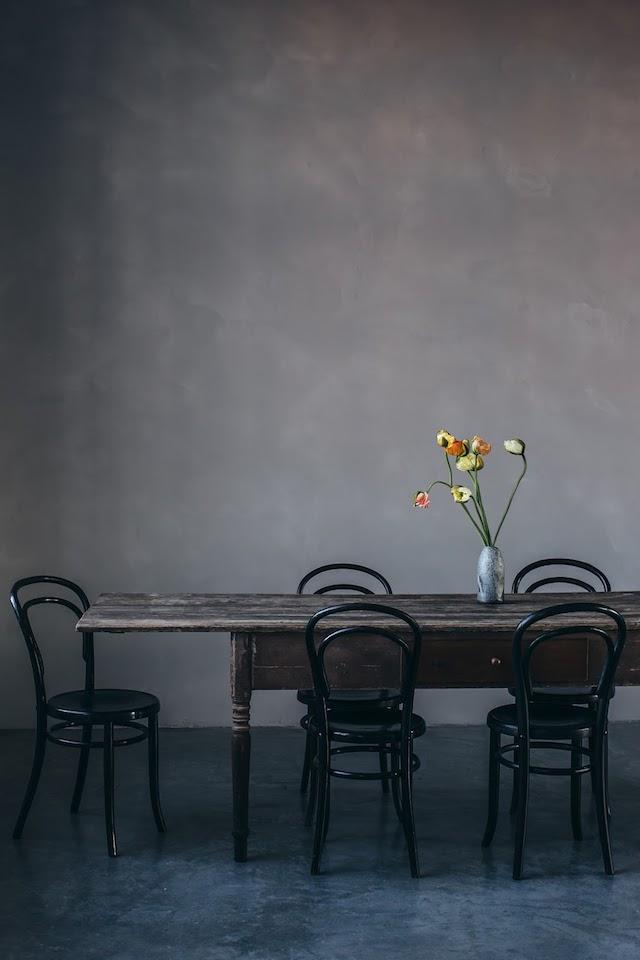 houten-eettafel-zwarte-thonet-stoelen